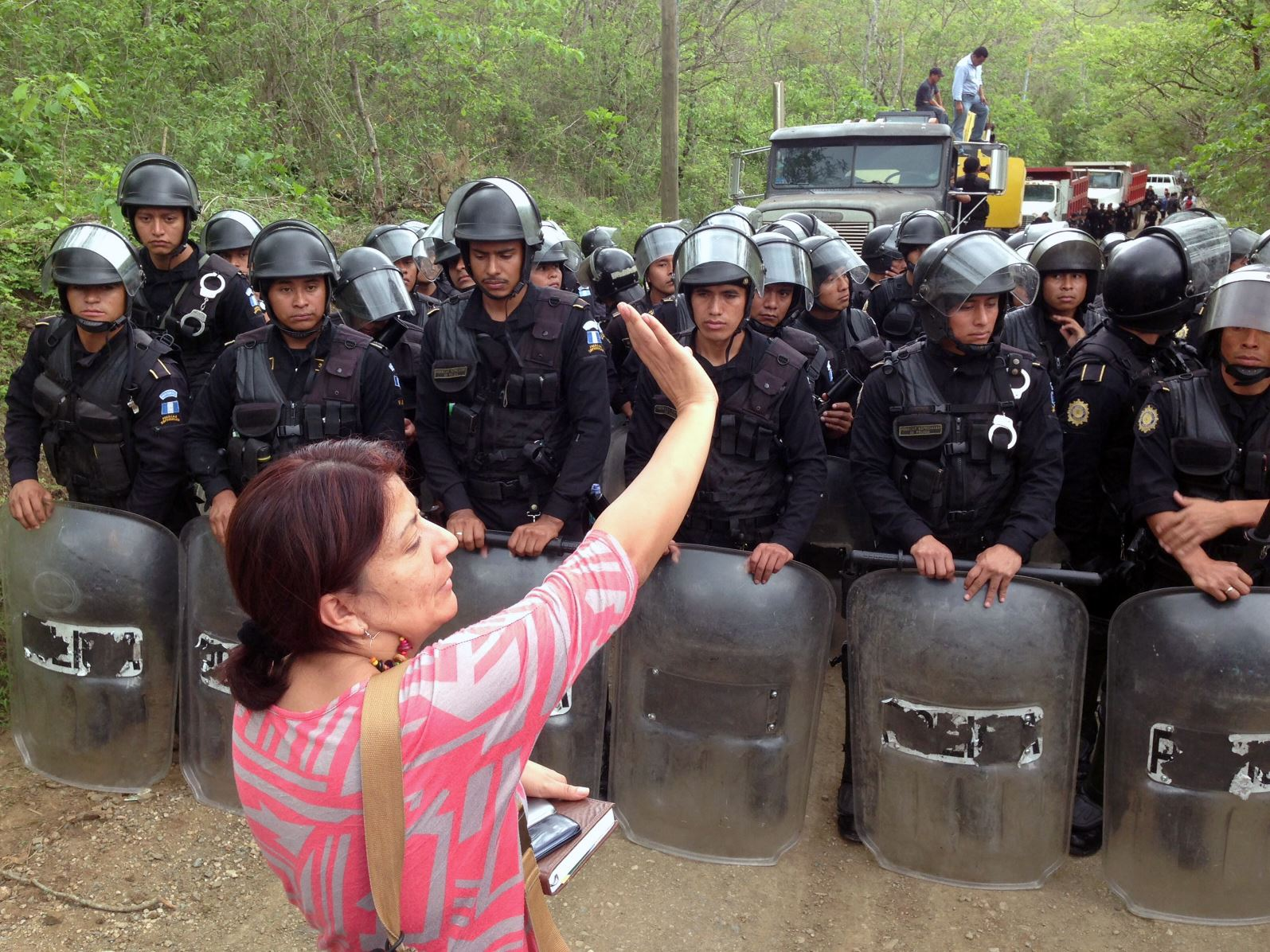 Woman opposes Guatemalan police at La Puya eviction