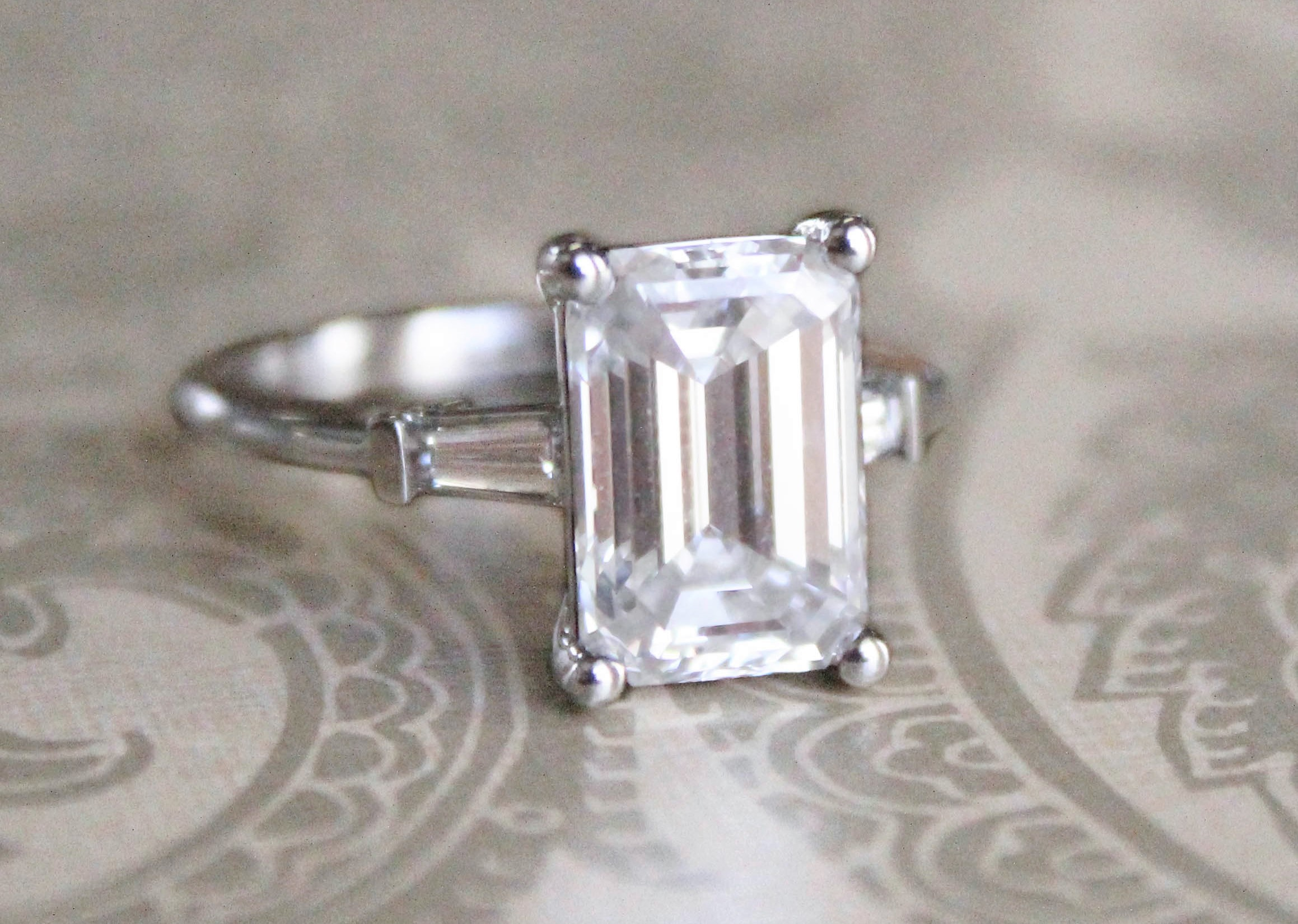 emerald cut diamond stones gia jewelry colombian ring platinum a with carat containing two l stone an certified very engagement rings id fine j side