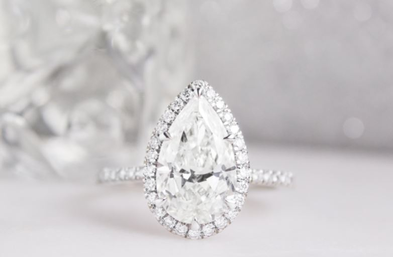8f01b76bc15c The 8 Most Beautiful Pear Diamond Engagement Rings
